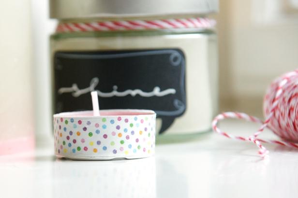 kleine Teelichter lassen sich mit Washi-Tapes passend zu deinem Arrangement aufpeppen.